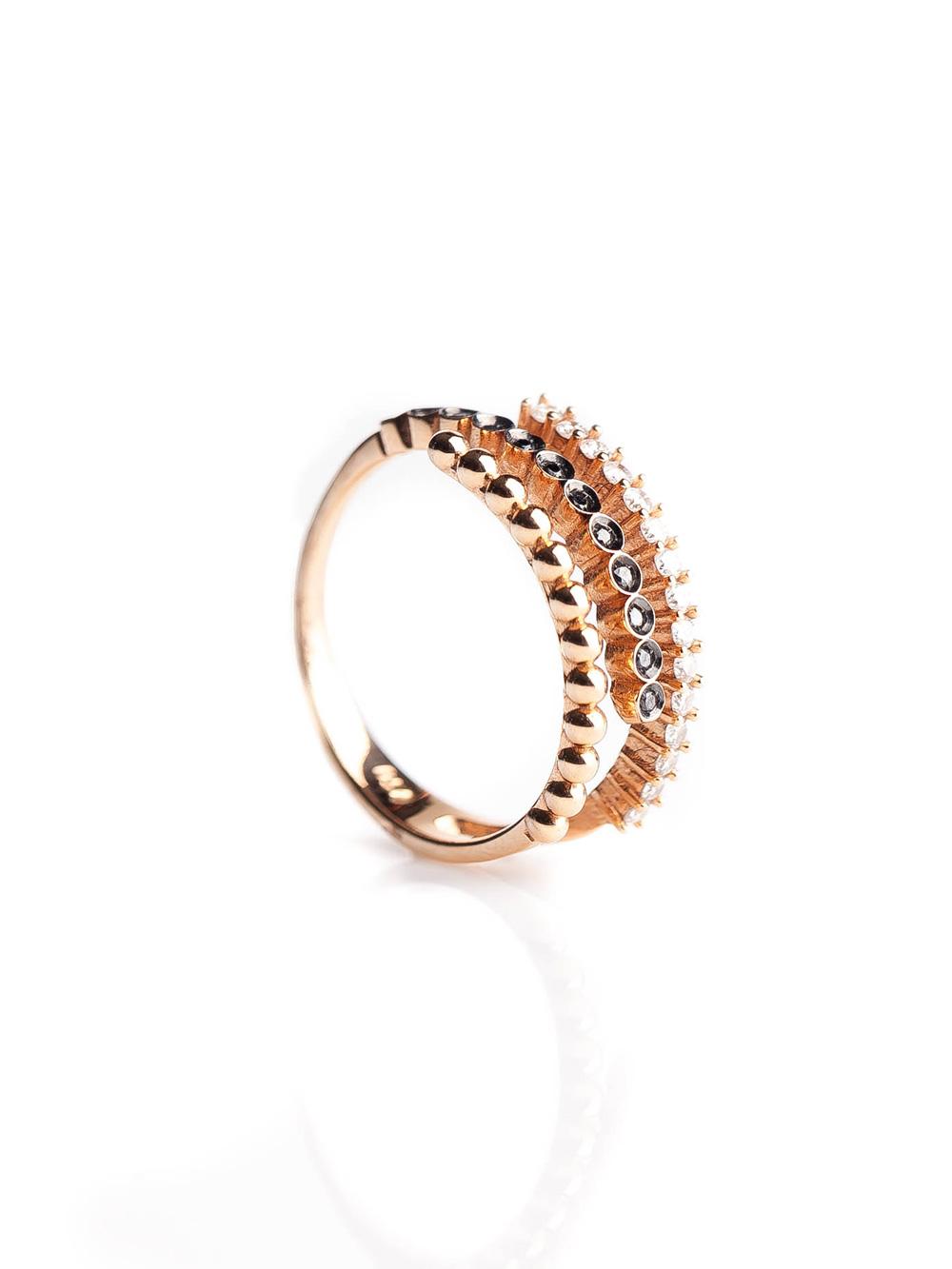 Anel triplo, confeccionado em ouro rose 18k com 22 pontos de diamantes brancos e negros