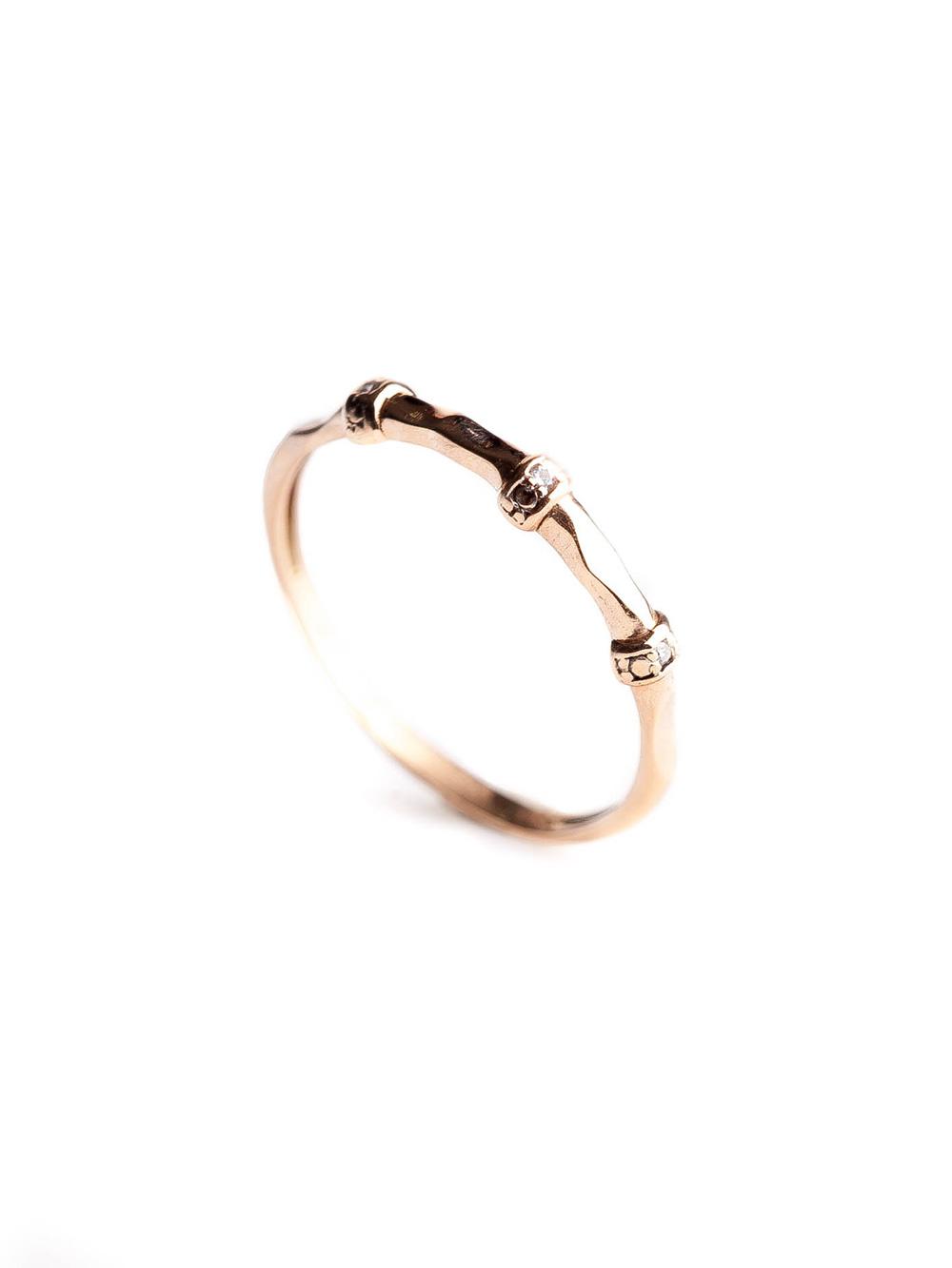 Anel confeccionado em ouro rose 18k com 3 pontos de diamantes