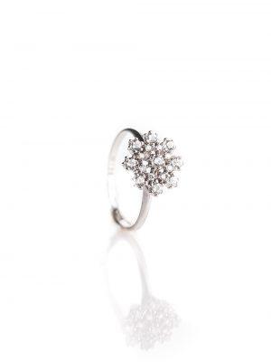 Anel solitário, confeccionado em ouro branco 18k com 36 pontos de diamantes