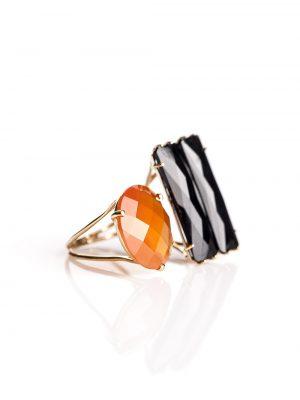 Anel com aro aberto, confeccionado em ouro amarelo 18k com duas pedras, Ônix e citrino.