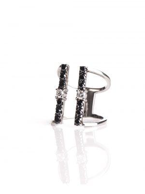 Anel com aro aberto em ouro branco 18k. Peça contém 18 pontos de diamantes brancos e 60 pontos de diamantes negros.