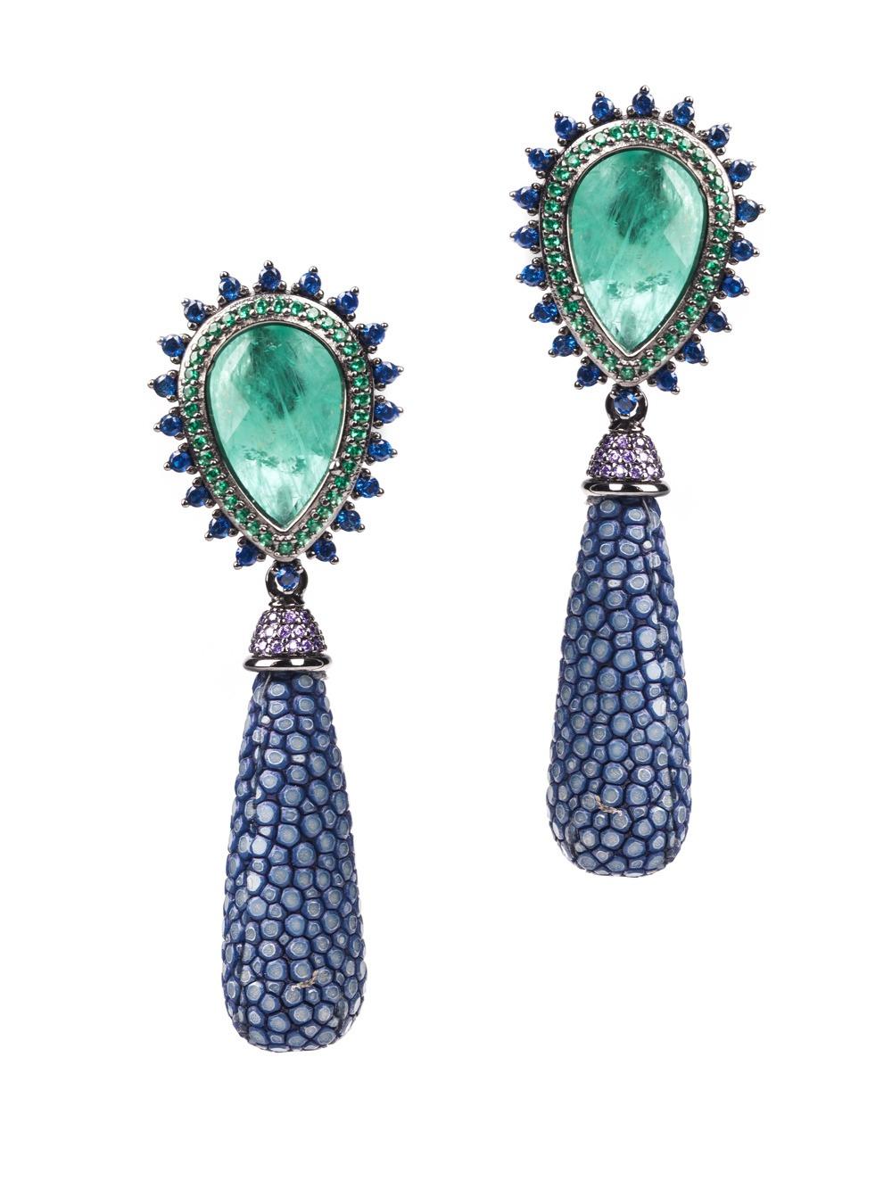 Brinco de prata com ródio negro. Brinco com Goulash verde, azul e com esmeraldas e safiras.